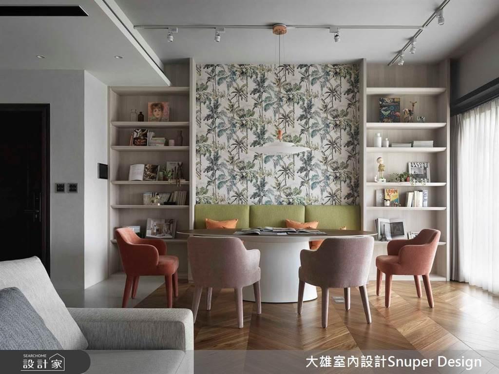 卡座式座位也可以結合圖騰鮮明的壁紙設計,挹注空間的主題個性。(圖/大雄室內設計Snuper Design)