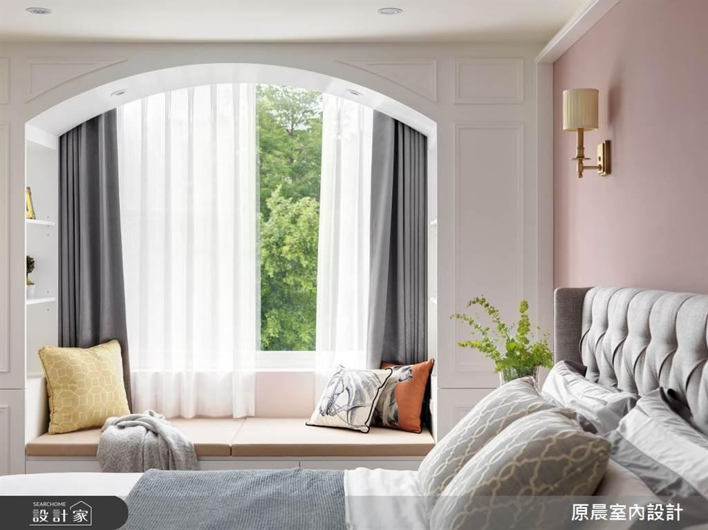 利用收納櫃的延伸打造拱窗,結合甜美的粉色系,讓空間變得清新又療癒。(圖/原晨室內設計)