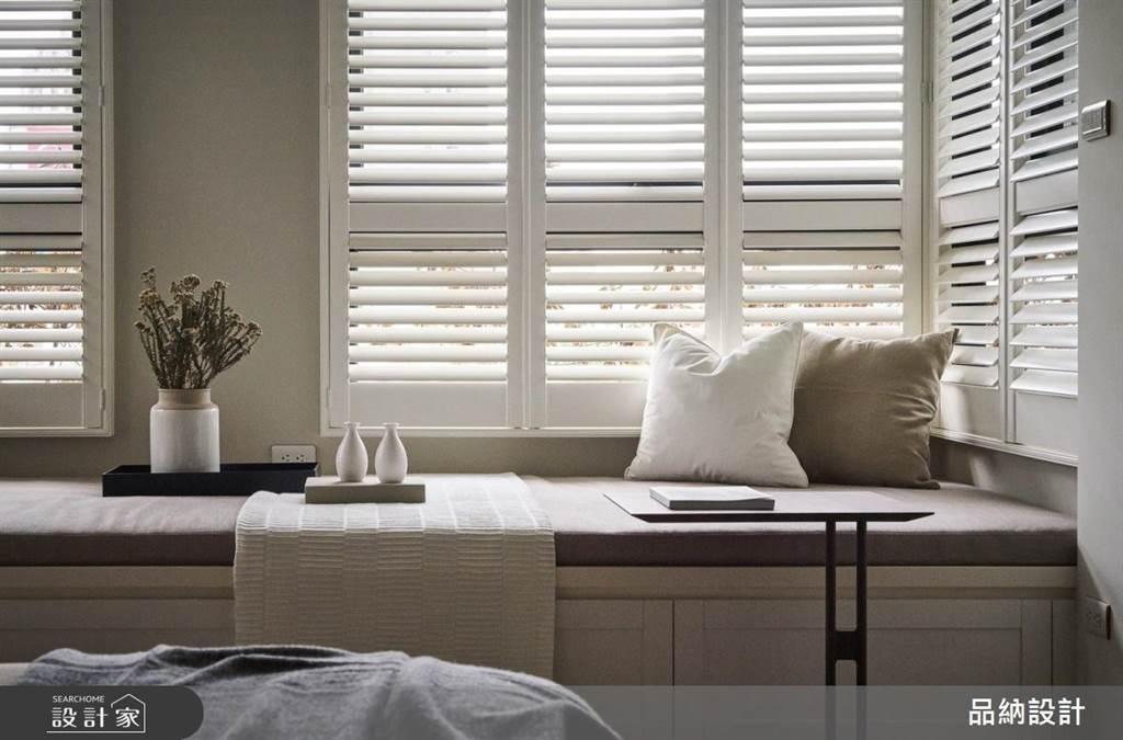 純白百葉窗和霧鄉色的牆面,營造出臥榻區的寧靜質感。(圖/卡納文創/品納設計)