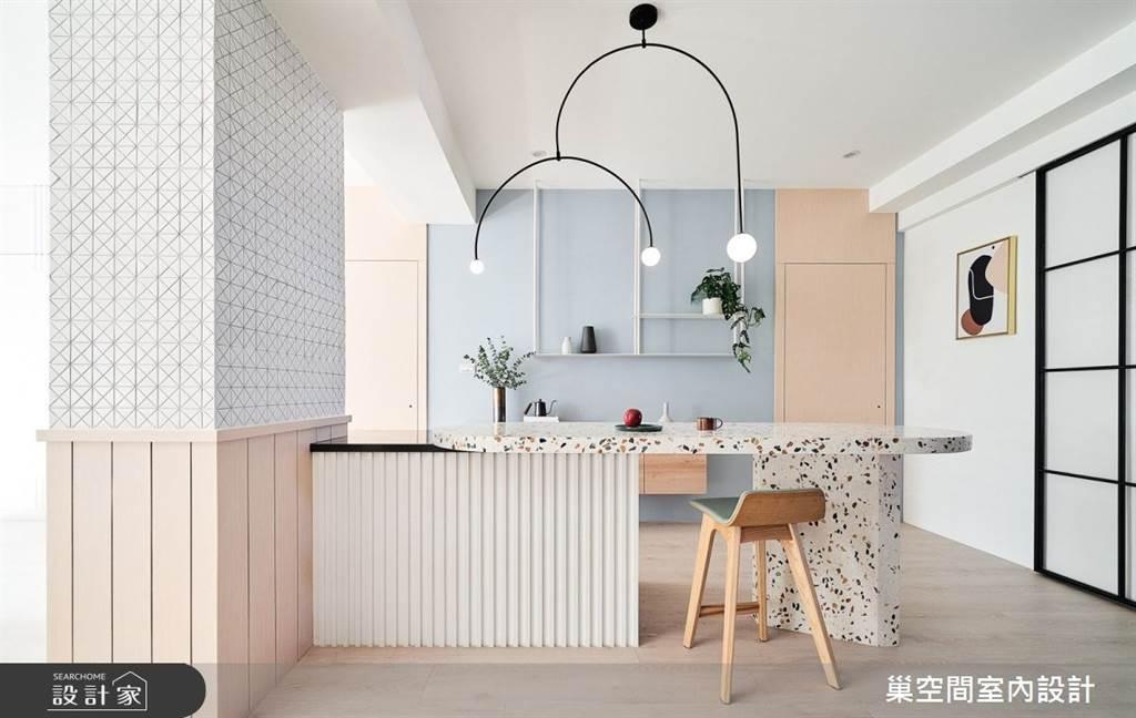 柔和的粉藍和粉紅色搭配水磨石吧檯餐桌,洋溢著迷人又甜美的氛圍,每個角度都超適合打卡!(圖/巢空間室內設計)