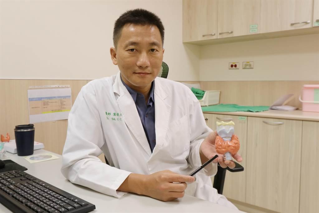 醫師葉俊杰建議洗腎患者確實配合醫囑及治療,否則引發副甲狀腺機能亢進,將對身體造成危害。(亞大附醫提供/陳淑芬台中傳真)