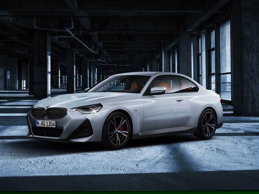 全新BMW 2系列Coupé雙門跑車正式展開預售,導入220i M Sport與搭載直列六缸引擎的M240i xDrive兩款車型,預售價199萬元起,並針對220i M Sport推出限量50台首發版,預售價206萬元。(圖/BMW提供)