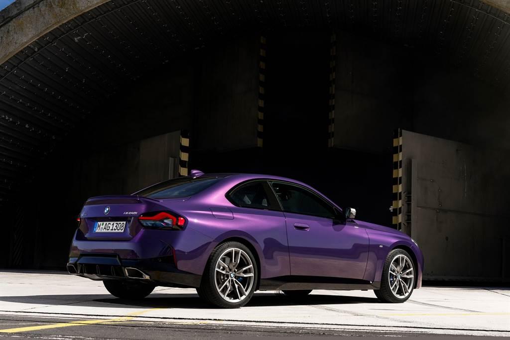 全新2系列Coupé雙門跑車援引2002 Turbo設計靈魂,低扁流暢的車身線條結合M款空力套件與車側充滿力道的曲線造型,塑造蓄勢待發的強悍性能氣息。(圖/BMW提供)