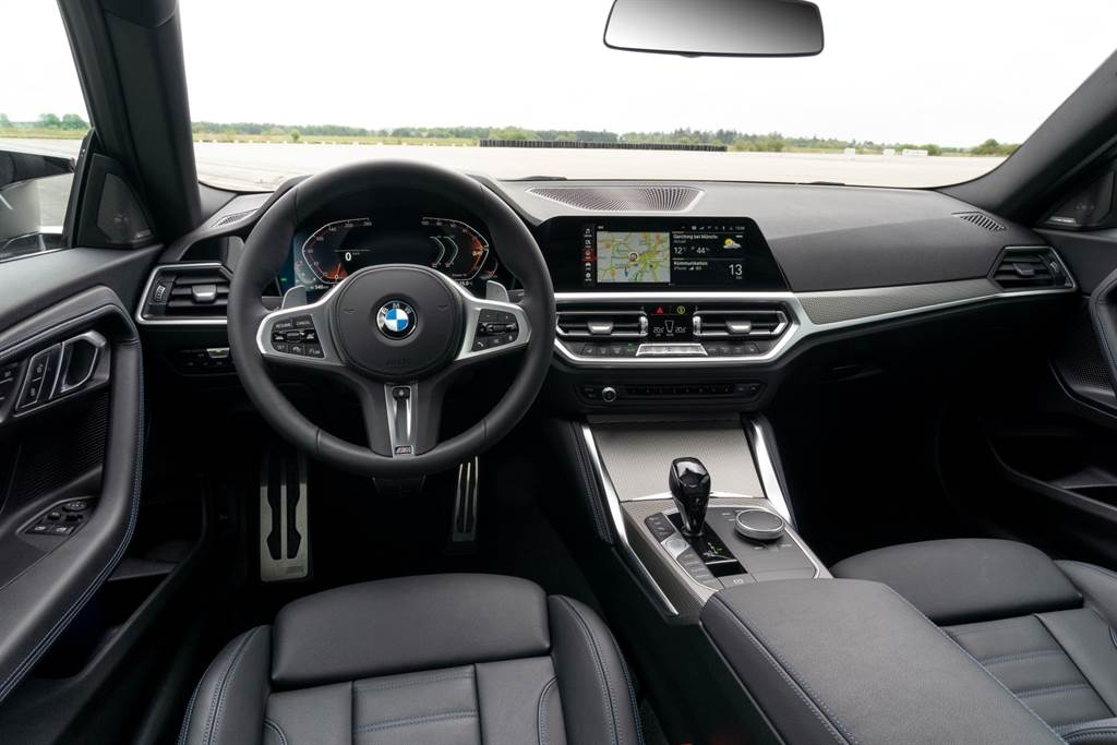 BMW堅持一貫的駕駛者導向設計,融入12.3吋虛擬數位儀錶與10.25吋中控觸控螢幕所構成的全新BMW全數位虛擬座艙。(圖/BMW提供)