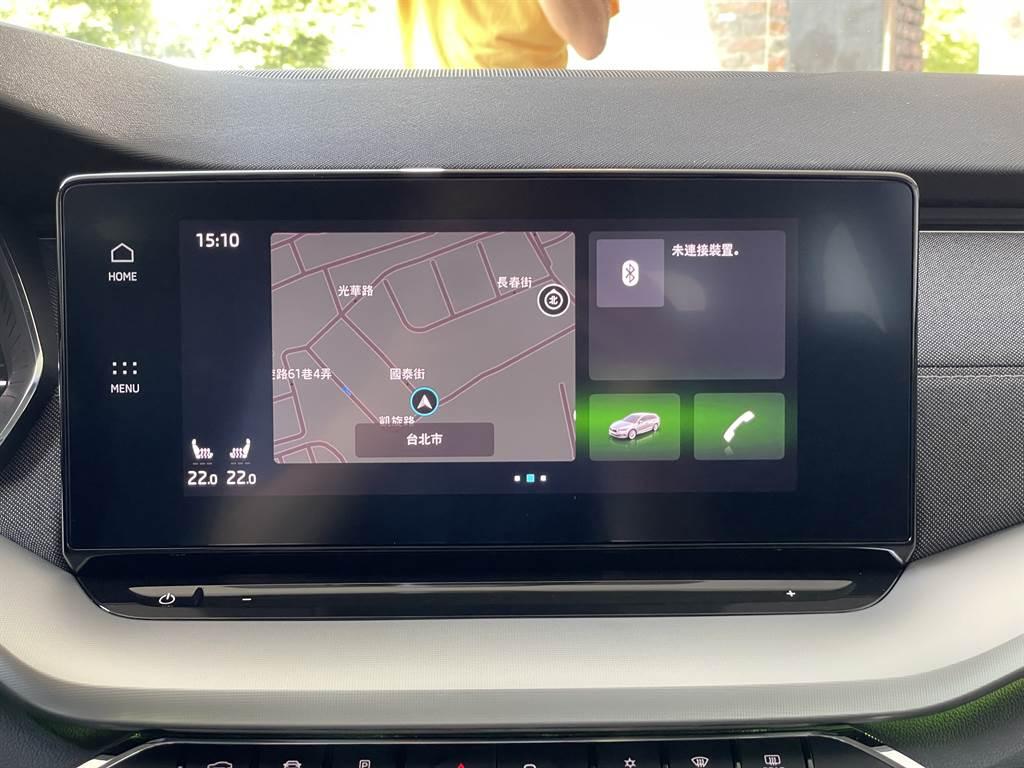 10吋CNS3.5多媒體聲控主機加入智慧聲控功能,只需以日常對話方式即可呼喚智慧語音助理調整車內配備。(圖/陳彥文攝)