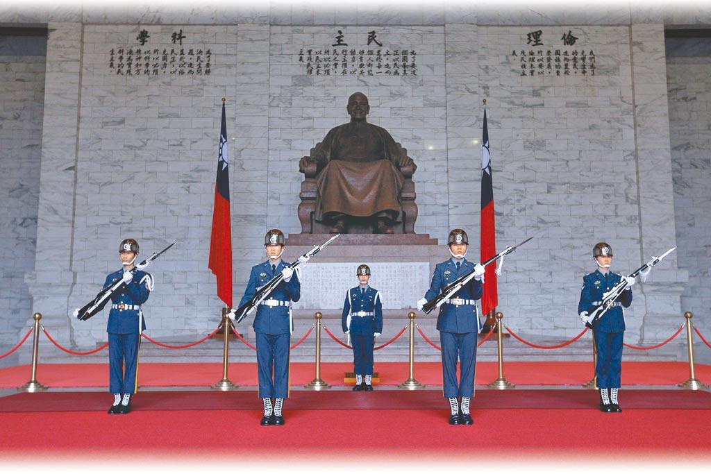 促轉會擬將中正紀念堂轉型為「反省威權歷史公園」,並計畫將蔣中正銅像移除。圖為中正紀念堂衛兵交接。(本報資料照片)