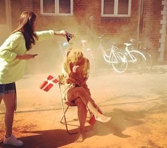 25歲妹子被綁樹上狂噴肉桂粉 丹麥習俗嚇壞一票單身狗