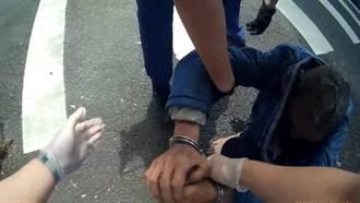 男子喝醉倒路邊 眼尖警員發現是通緝犯