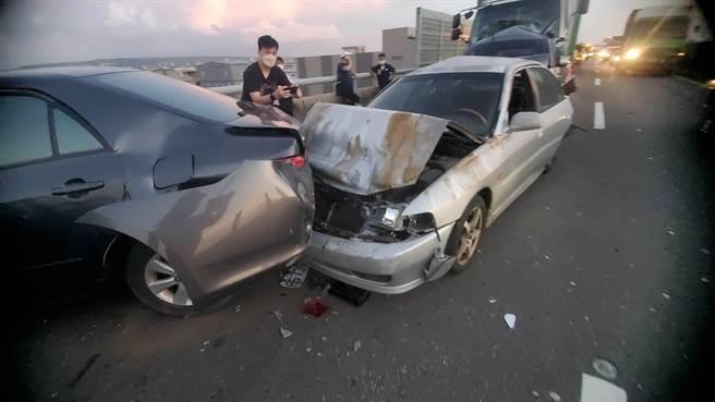 西濱快速道路一部大貨車追撞前方,造成6部小客車受損。(民眾提供)