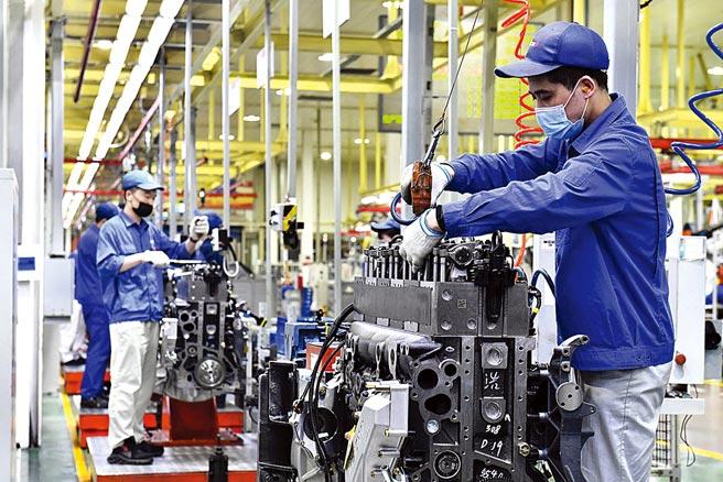 肖亞慶指出,大陸工業體系完備,擁有41個工業大類、207個中類、666個小類,是世界上工業體系最健全的國家。圖為山東的濰柴集團工廠內,工人在流水線上作業。(新華社)