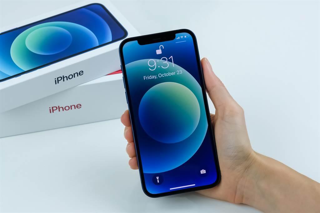 iPhone 13推出後,iPhone 12價格下滑。(圖/shutterstock)
