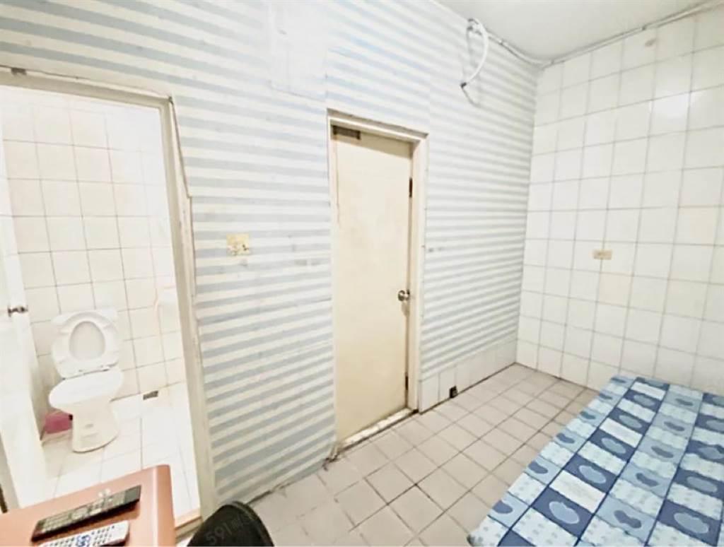 該套房格局方正,有獨立衛浴,單人傢俱且一組附空調、3個門。(翻攝自奇葩裝潢分享中心FB)