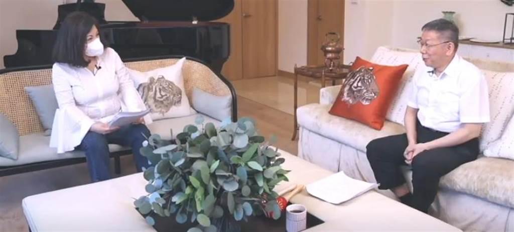 資深媒體人陳文茜(左)網路節目《茜問》15日播出台北市長柯文哲(右)專訪。(摘自《茜問》/張穎齊台北傳真)