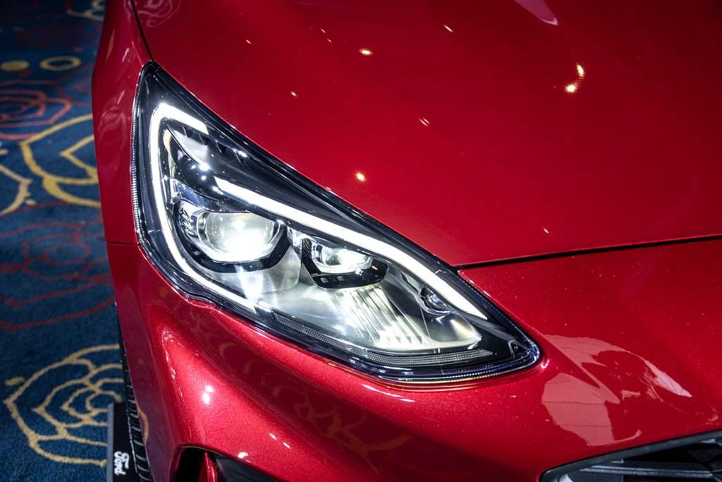 ST-Line Lommel X四門/五門與Active EcoBoost®182任性版同步升級搭載歐洲原裝進口Dynamic LED智能動態照明系統,可自動偵測路況並適度調整照明方式,有效提升駕駛者夜間視野及行車安全。(圖/Ford提供)
