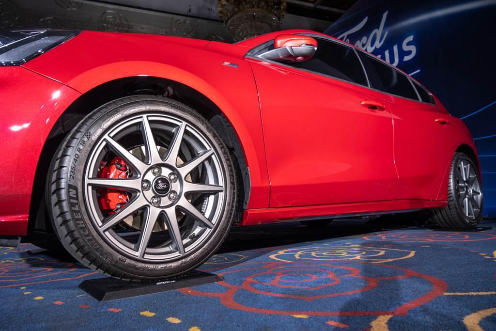 18吋德製ST Edition旋壓輕量性能鋁圈可減輕簧下重量達8公斤,並提供現有ST-Line車主升級。(圖/Ford提供)