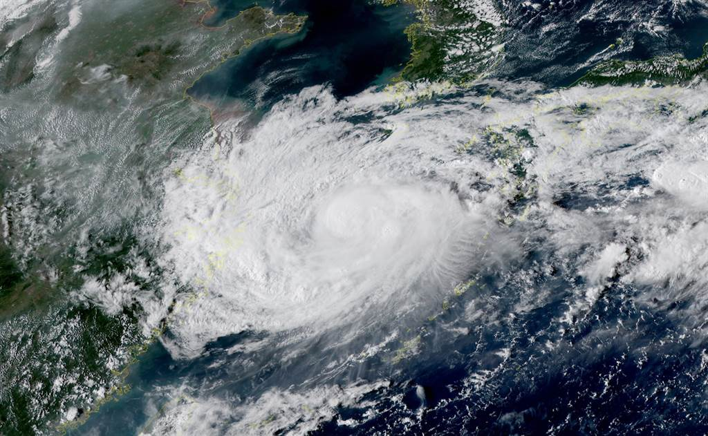 璨樹外圍環流竟又重新發展,將於明天(16日)開始往日韓移動,北海岸附近沿海注意易有長浪發生。(摘自台灣颱風論壇)