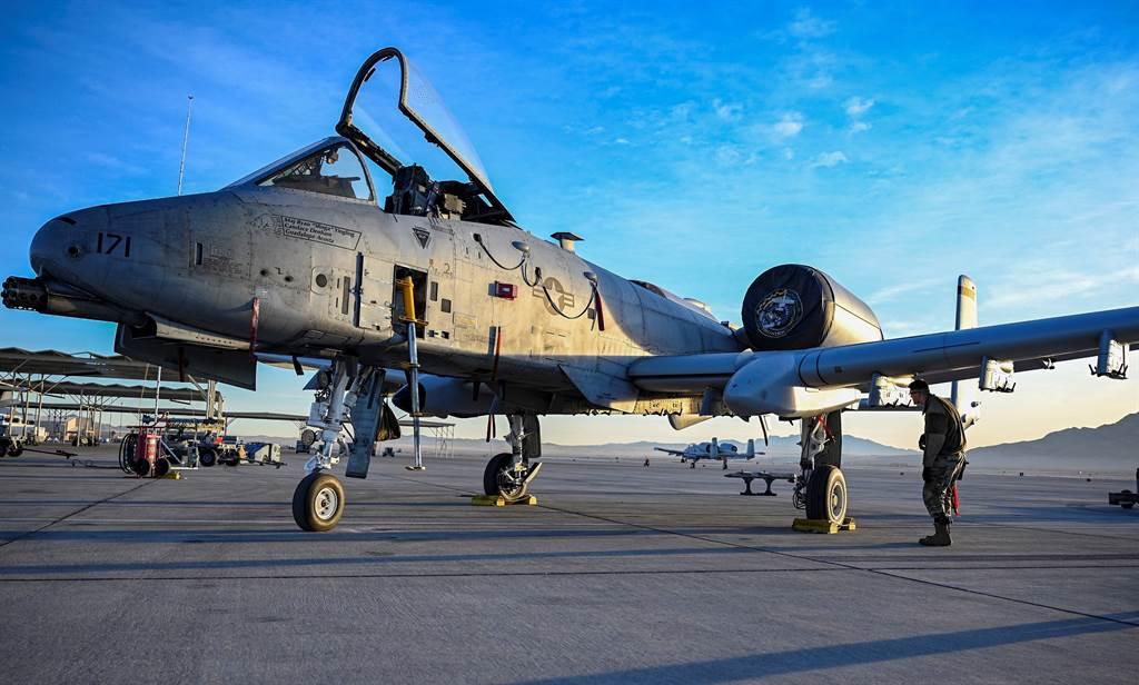 非營利組織指出,美國空軍多年來在背後動手腳,讓A-10機隊陷入缺乏零件的窘境,千方百計要讓這些老將退役。(圖/美國空軍)