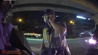 女友突氣喘全身癱軟嚇壞路人 男騎士急攔警車助送醫