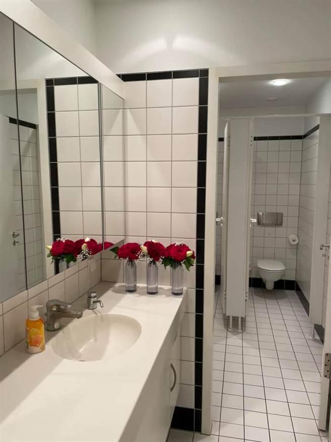 駐德代表謝志偉今日(15)刊出3張,將朱學恒所贈花環上的紅玫瑰,拆開插在玻璃瓶、置於廁所中的照片。(圖/取自謝志偉臉書)