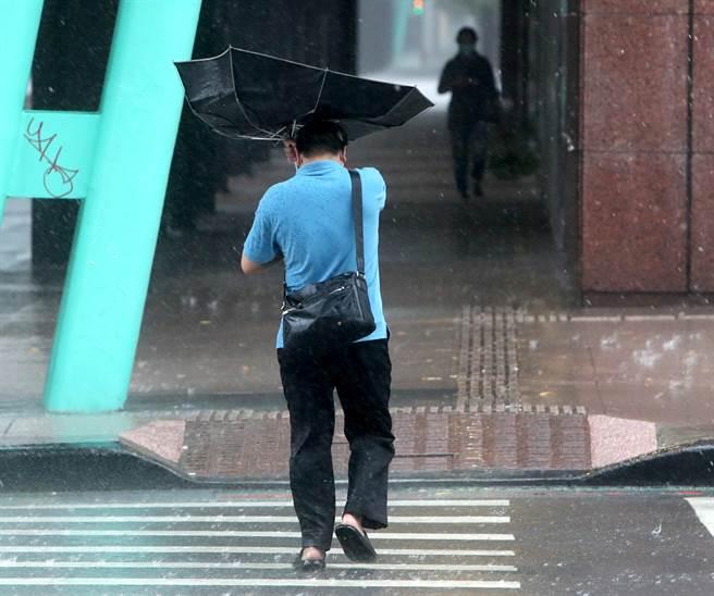今午後東半部及北部山區降雨明顯,颱風將在中秋連假期間生成。(鄭任南攝)