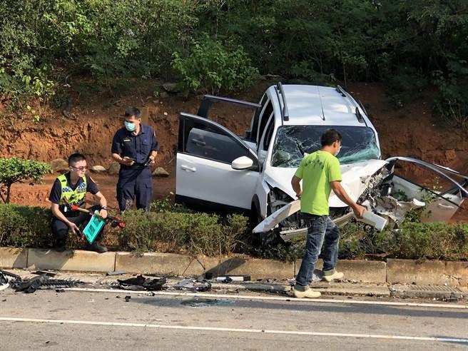 金門伯玉路3段今天上午發生2輛自小客車相撞的重大事故,車頭和車體均嚴重毀損,碎片掉落一地,現場怵目驚心。(李金生攝)