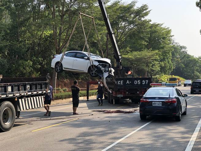 8時40分許,警方調來2輛大型吊車,將肇事車輛吊離現場,雙向交通才恢復正常。(李金生攝)