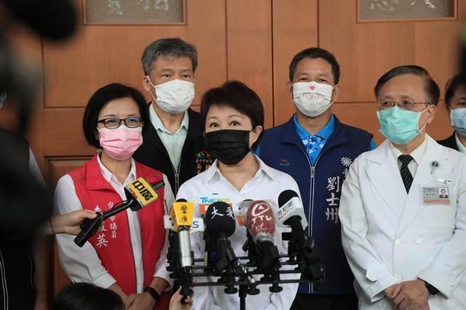 台中市長盧秀燕15日表示,目前回收的BNT接種同意書中,選擇在校施打比例大概有9成左右。(陳世宗攝)