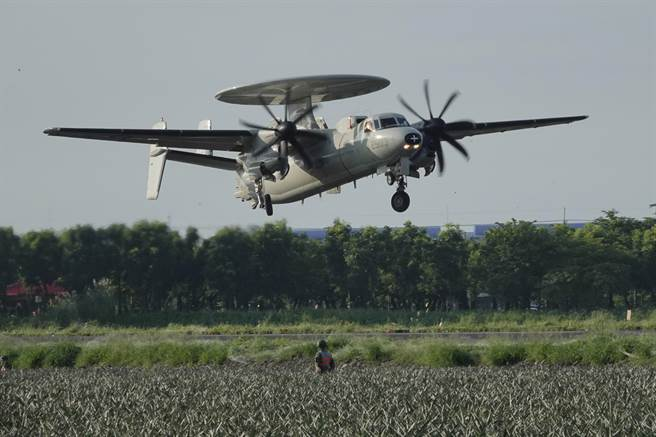 E-2K(見圖)整補後重新起飛執行任務。(黃子明攝)