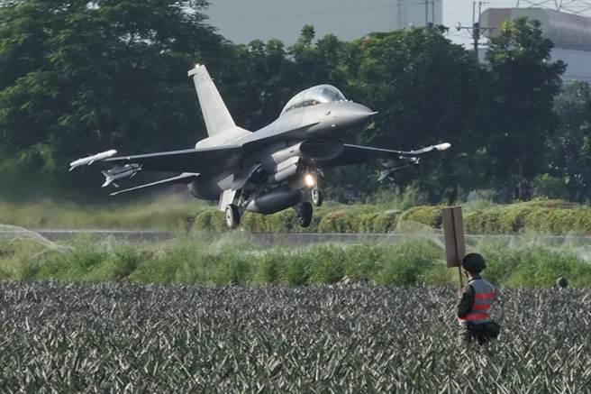 F-16V戰機整補後起飛重新執行任務。(黃子明攝)