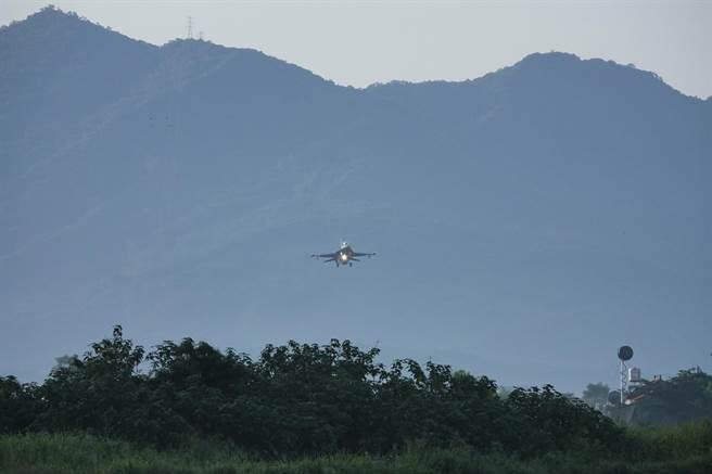 「漢光37號」實兵演練15日在屏東屏鵝公路佳冬戰備道操演戰機起降及油彈整補,空軍F-16V(見圖)、幻象、經國號三型主力戰機、E-2K預警機參與演習,第二架進場的F-16V通過山區準備降落。(黃子明攝)