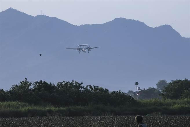 E-2K飛過山區準備進場。(黃子明攝)