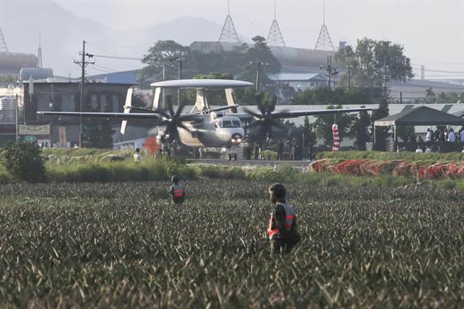 E-2K降落後通過司令台。(黃子明攝)