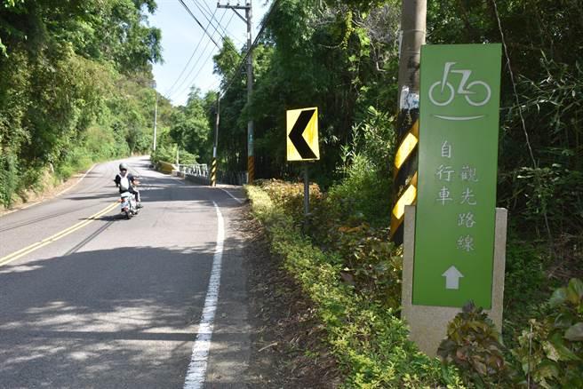 明德水庫現有自行車道與一般車用道路重疊。(謝明俊攝)