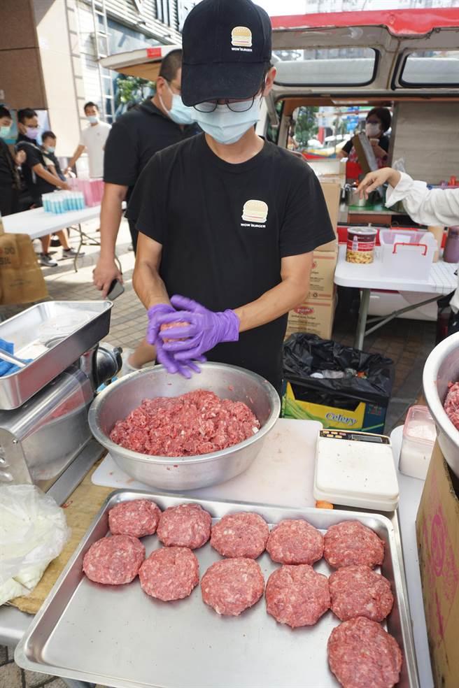 公益義賣的美式漢堡採用現打牛肉。(王文吉攝)