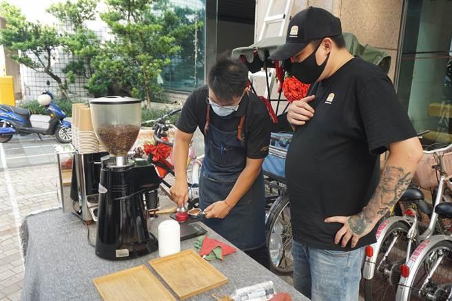 沐元素手沖咖啡響應義賣活動。(王文吉攝)
