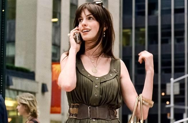 當年在《穿著Prada的惡魔》中的安海瑟薇美出新高度,成為好萊塢「白領美女」的代表人物。(圖/達志提供)