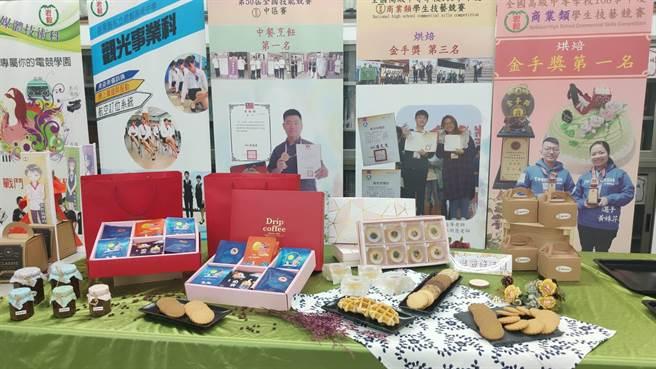 竹南君毅中學學生秋節推出應景餅乾等禮品。(君毅中學提供/謝明俊苗栗傳真)