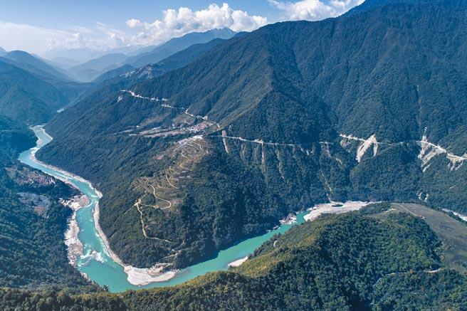 中國《十四五規劃》,內容包括將在雅魯藏布江墨脫地區興建一座超級大水壩,規模約為三峽大壩的3倍。圖為墨脫一景。(新華社資料照片)