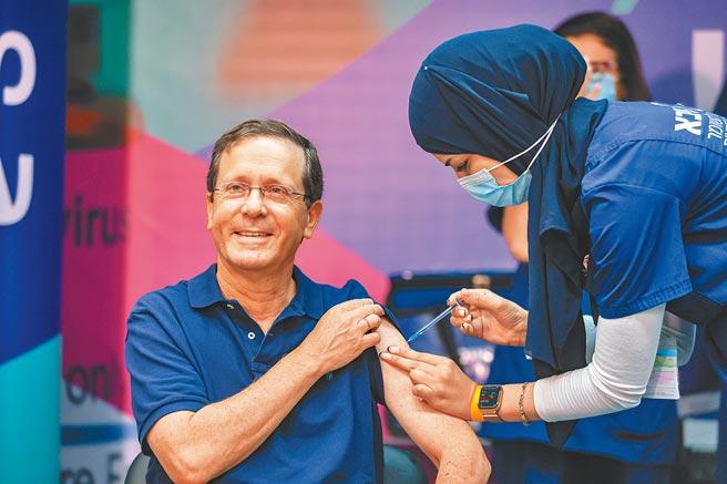 18名世界頂尖科學家表示現在不是大規模施打第三劑新冠疫苗加強針時刻,強調兩劑疫苗仍能有效防止民眾變成新冠重症。圖為以色列為60歲以上人群接種第三劑新冠疫苗。(新華社)