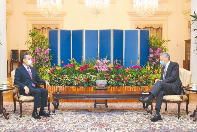 新加坡總理李顯龍(右)14日會見中國國務委員兼外長王毅,雙方強調持續為區域和平合作,儘管疫情下國際環境充滿挑戰,星中兩國持續緊密合作。(新加坡通訊及新聞部提供)