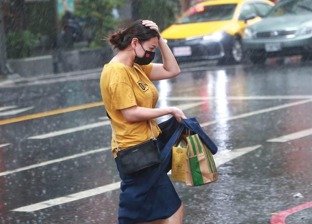 今、明午後有強對流發展,可能有局部陣雨或雷雨,須防較大雨勢和劇烈天氣發生。(陳信翰攝)