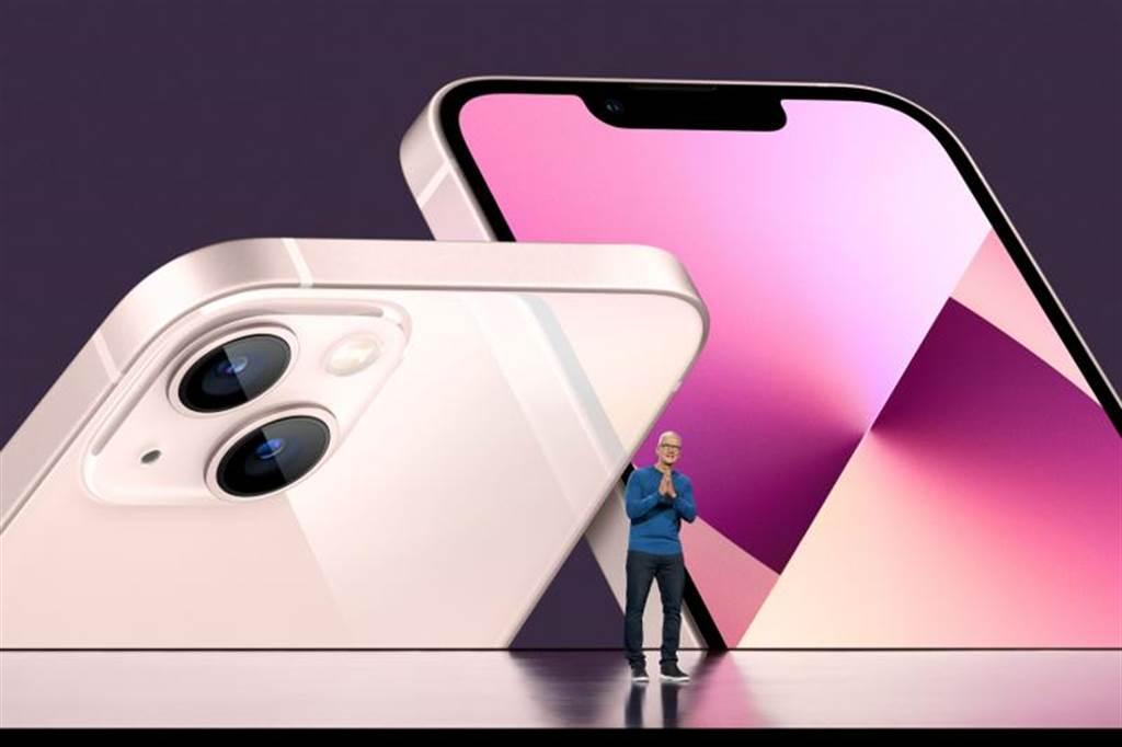 iPhone 13 Pro系列預約踴躍,且以新色天峰藍最受期待。(圖/路透)