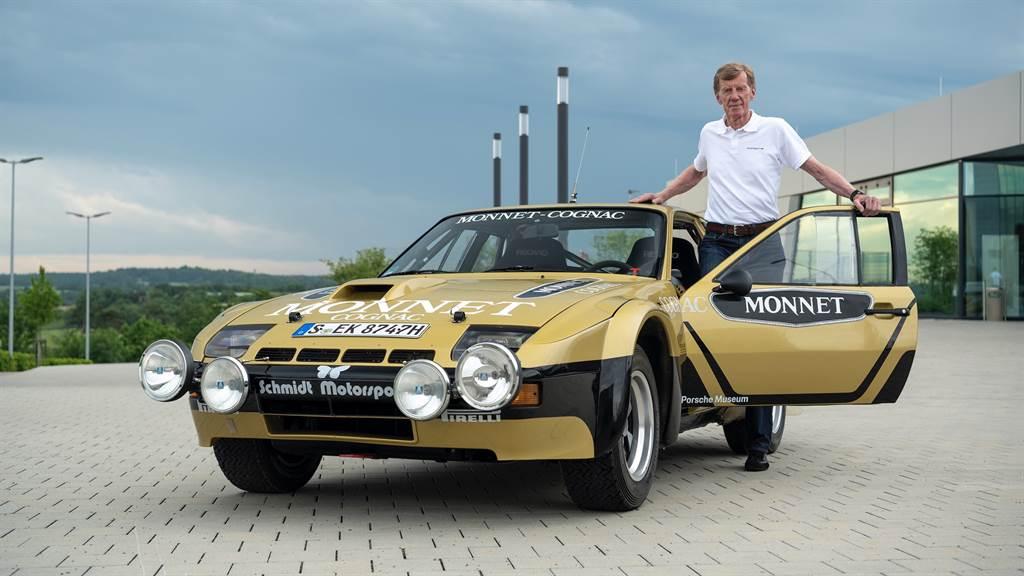 Porsche Heritage暨博物館部門為傳奇車手Walter Röhrl復刻翻新了黑金塗裝的924 Carrera GTS「Monnet」。(圖/Porsche提供)