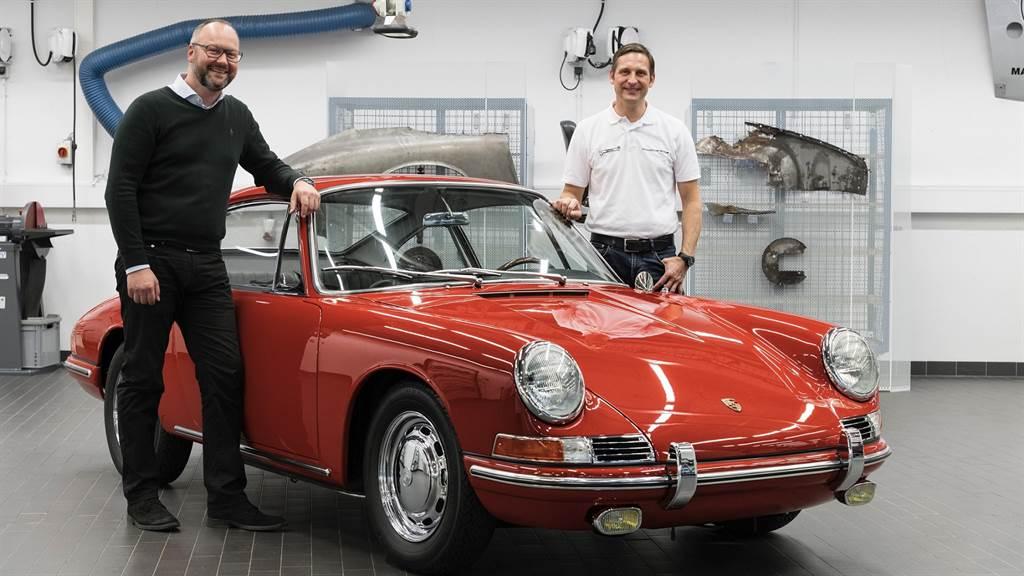 車輛管理及車輛歷史體驗部門負責人Alexander Klein、保時捷博物館工作坊負責人Kuno Werner,與 901世代的57號911。(圖/Porsche提供)