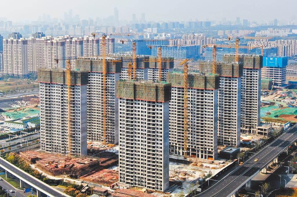 圖為南京一處正在興建的建案。(中新社)