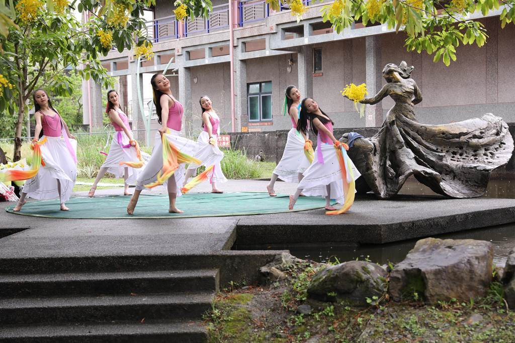 為紀念已逝的舞蹈家羅曼菲,宜蘭市公所將3月24日訂為「羅曼菲日」,圖為今年宜蘭市在3月24日當天,在羅曼菲的紀念銅像前,透過舞蹈向她致意。(宜蘭市公所提供/李忠一宜蘭傳真)