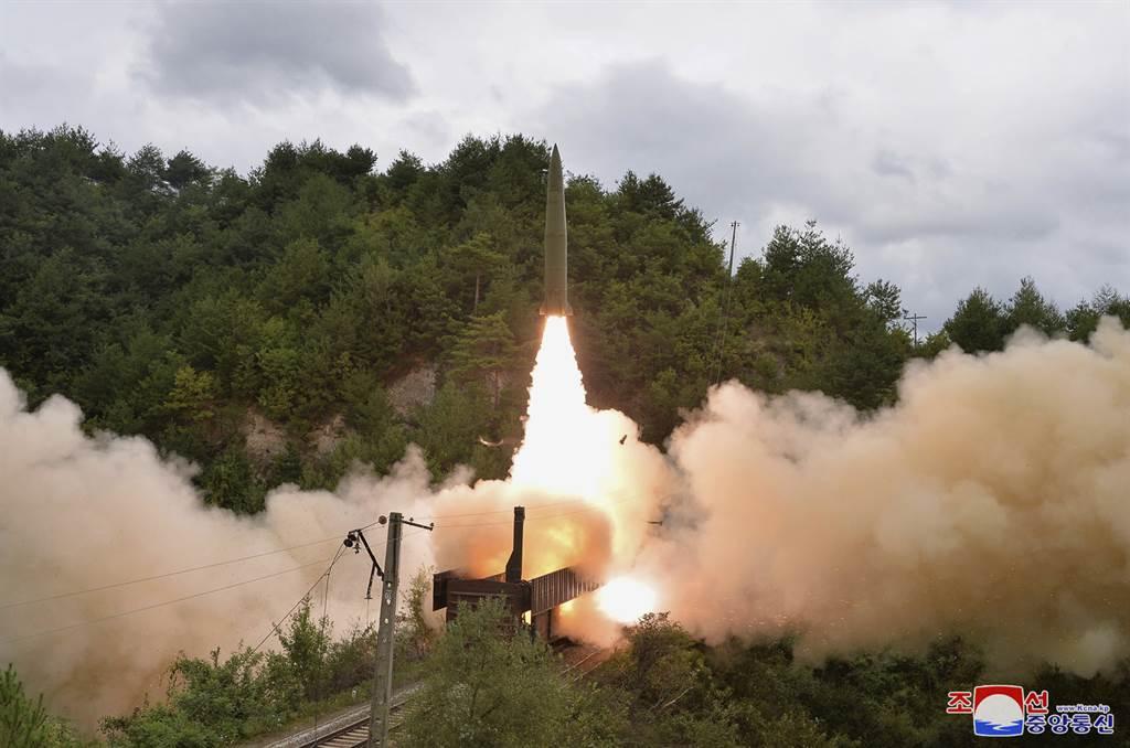 軍事分析師指出,鐵路機動載具將讓北韓能用相對便宜的手段,降低遭美韓先制打擊或反擊的可能性。(圖/美聯社)