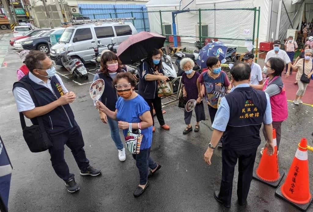 東海里長林秋蘭自費租用遊覽車接駁里民前往快打站接種。(台中市政府提供)