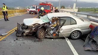 小客車「以小博大」衝撞曳引車 車體變形男駕駛骨折受困