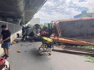 驚悚車禍!大型吊臂車從國4高架墜落平面 轎車屁股全爛